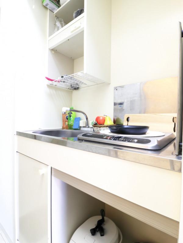 1口IHのシステムキッチンで、ちょっとした料理に最適です。IHなので、普段料理されない方にも安心してご利用いただけます。包丁やフライパン、まな板、鍋等の調理器具はもちろん、茶碗や汁椀、丼ぶり椀などの食器類やお箸、スプーン、フォークもご用意しております。食器用洗剤やスポンジも標準装備でご案内いたしますので、是非ご利用くださいませ。(*'ω'*)