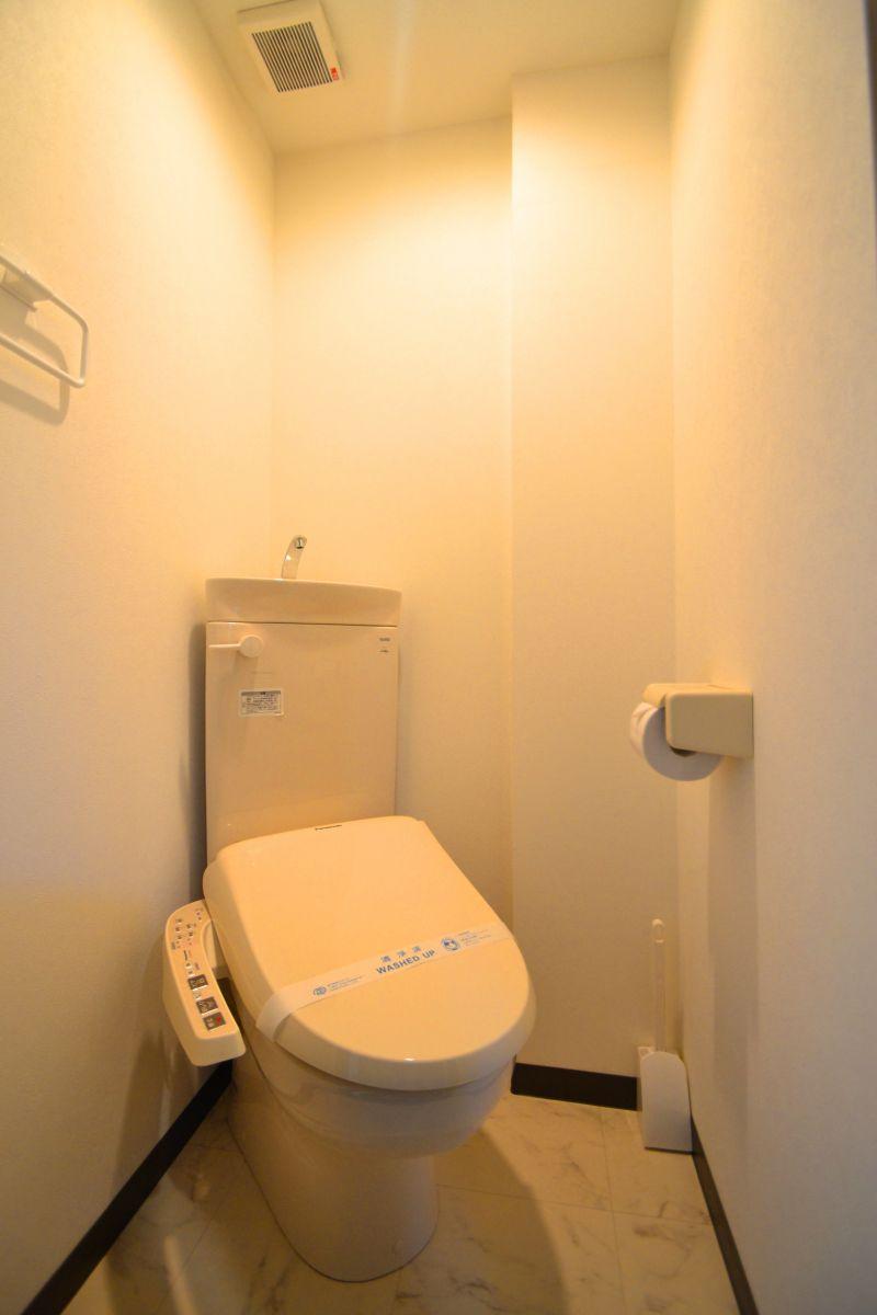 バストイレ別!ウォシュレット付き!トイレットペーパーやトイレブラシ等、他では置いてない備品も沢山ございますので短期~長期でお住まいの方にも「あったら助かるものが多い」と大変ご好評いただいております。