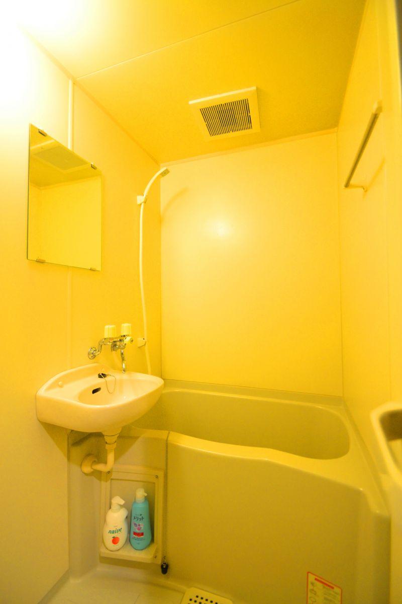 嬉しいバス・トイレ別設計で、シャンプー・コンディショナー・ボディーソープのアメニティグッズをご用意しております。また、新品のボディータオルや、浴室用洗剤とスポンジも準備しておりますので、いつでも清潔な状態を維持できます。普段家ではシャワーだけというお方にこそ、こういう時には湯船に浸かる時間を持ってほしいものです。(*'ω'*)