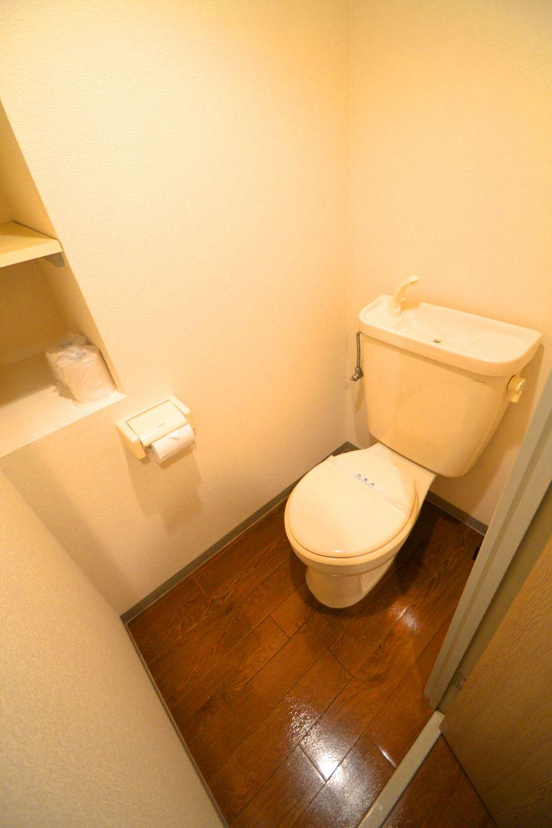 嬉しい風呂・トイレ別設計です。トイレットペーパーも3ロールご用意しておりますので、短期から長期の方まで安心してお過ごしいただけます。トイレブラシも備品として用意しておりますので、いつでも清潔に保つことが出来ます。(*'ω'*)