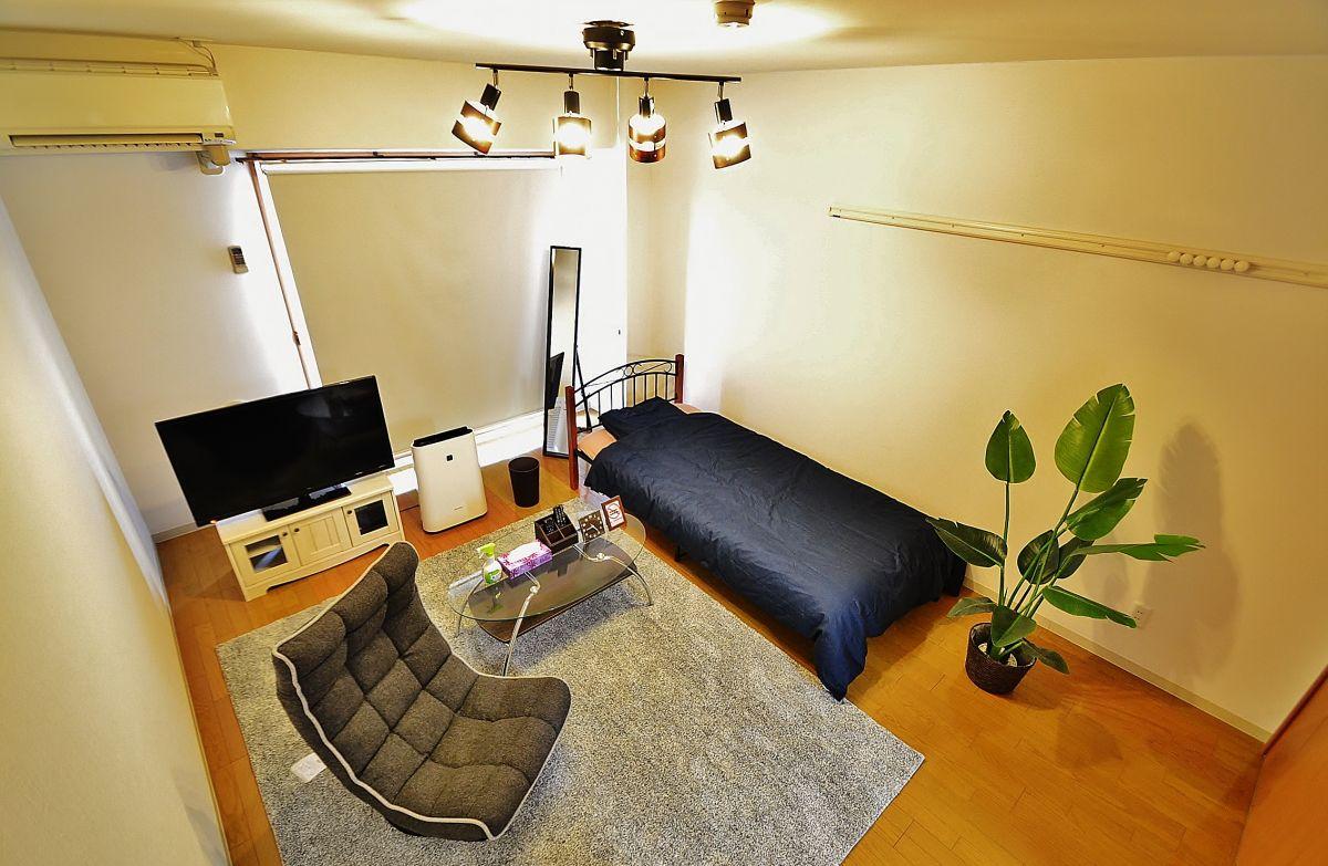 高級感のある、落ち着いた雰囲気のお部屋となっております。お洒落な照明、大きなテレビ、ベッド、DVDプレイヤーがあります。