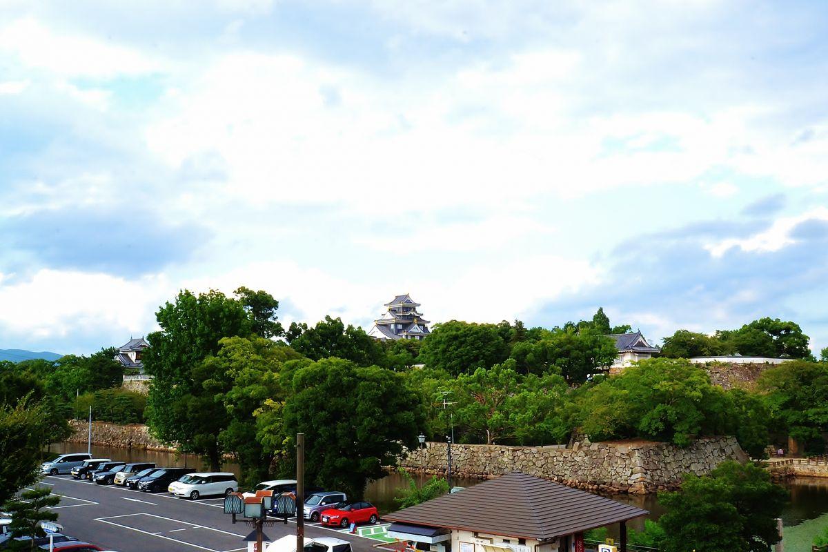 お部屋のベランダからの景色になります。岡山後楽園まで徒歩4分なので、観光・ビジネスに最高のお部屋ですね♪岡山県庁前なので、バスに乗れば岡山駅にも、どこにでも行けちゃいますね!!