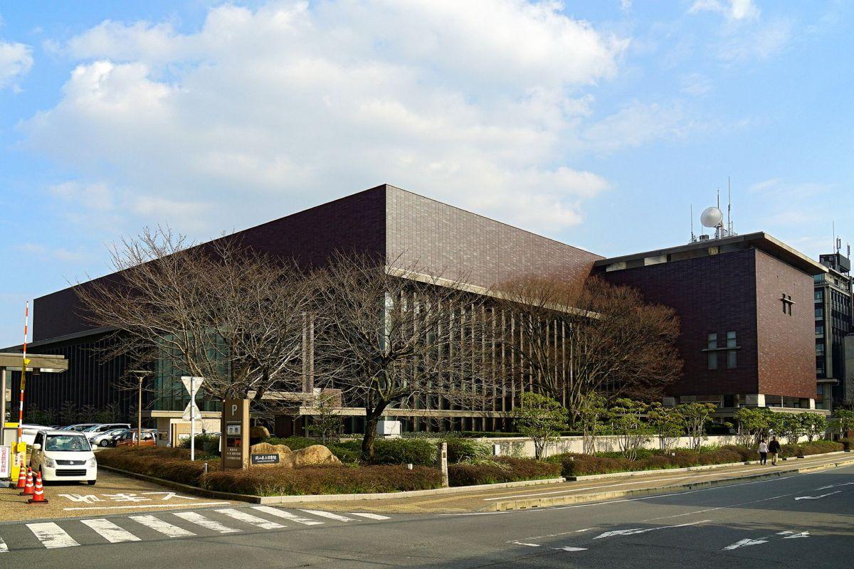 岡山県立図書館まで徒歩2分、200m。