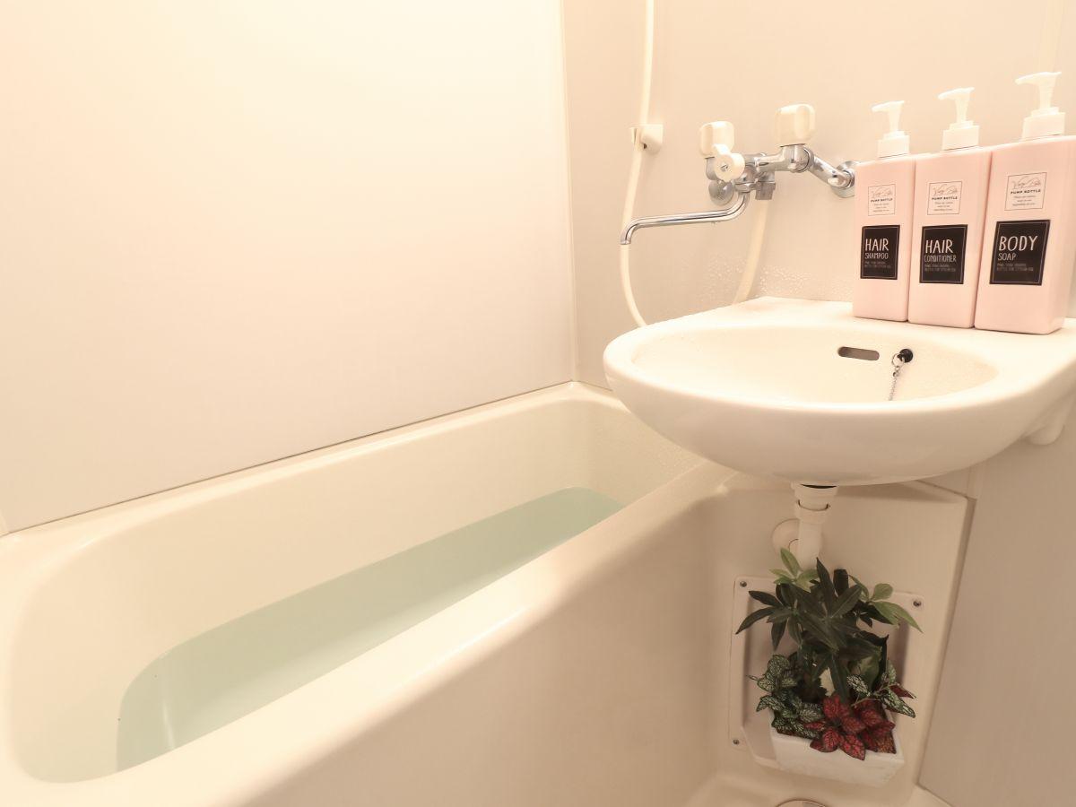 バストイレは別なので湯船に浸かってゆっくりすごせます♪また、ボディーソープ・シャンプーだけでなく、歯ブラシなど備品も充実しておりますので短期~長期お住まいの方にも「あったら助かるものが多い」と大変ご好評いただけております!