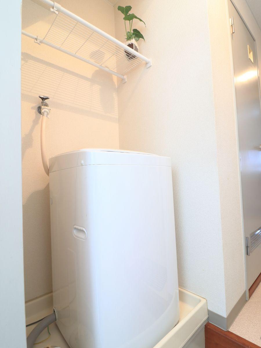 雨の日でもまわせる嬉しい室内洗濯機です!洗濯用洗剤も準備しておりますので、入居いただいたその日より洗濯することが可能です♪