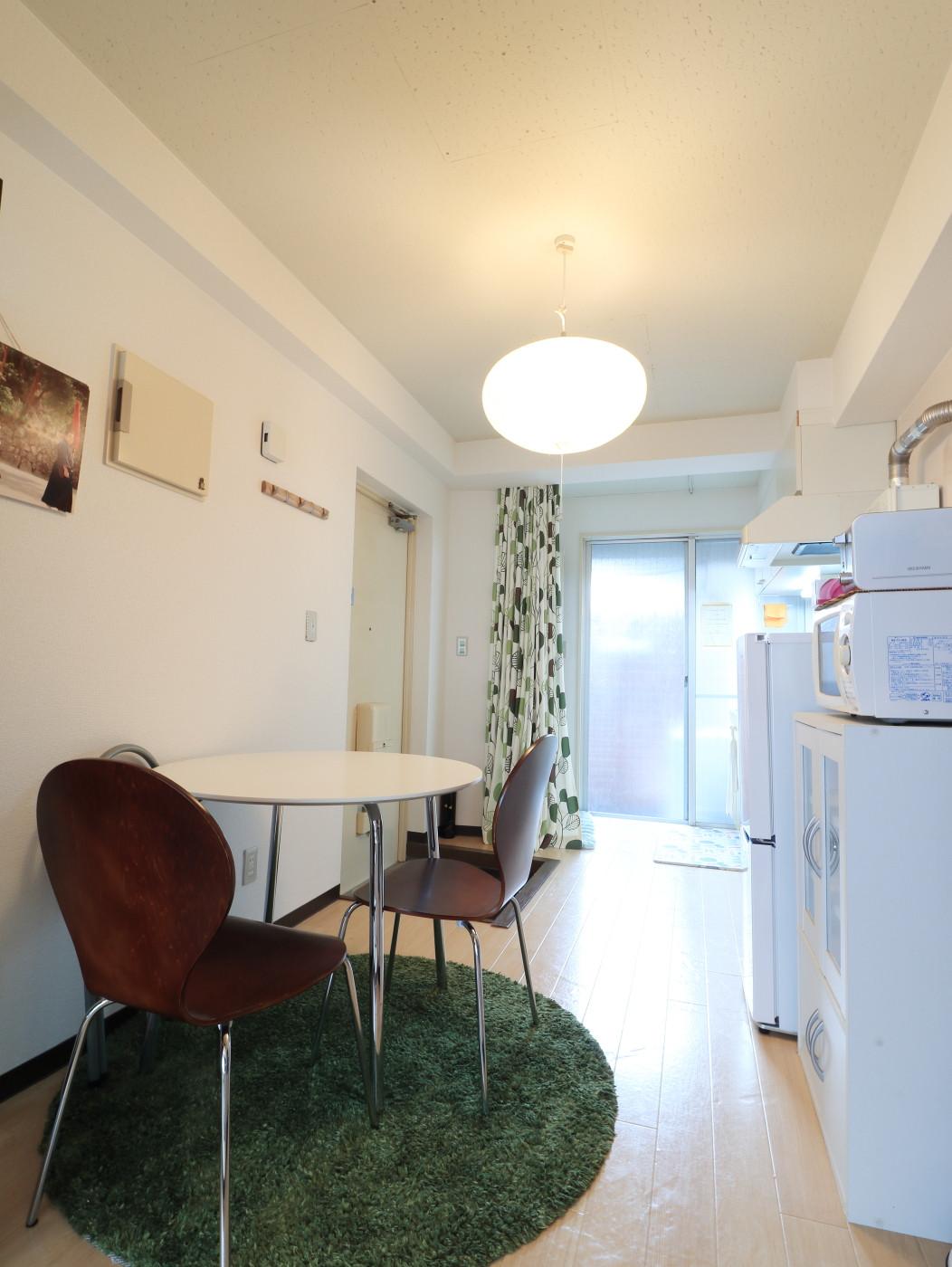 レトロモダンな雰囲気が魅力的なお部屋!家具家電付きで入居されたその日から自宅のようにくつろいでいただける空間となっております。クローゼットもございますので、ぜひご利用ください(^^♪