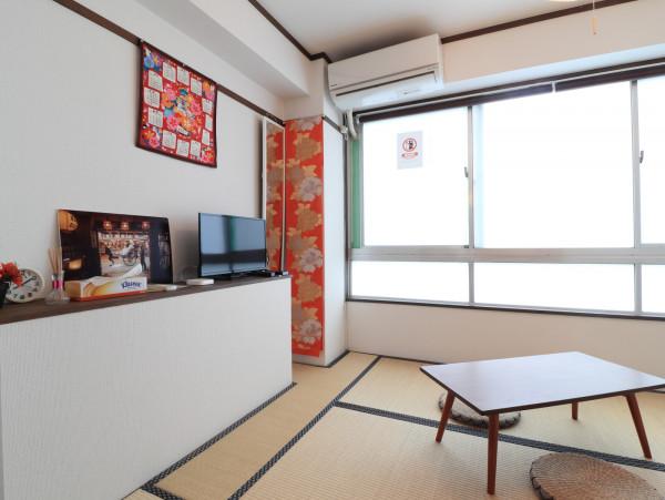 大き目な窓があり日当たり抜群♪ゆっくり寛げる空間となっております。家具家電だけでなく、ティッシュ等備品もご用意させてもらっているので非常にご満足度高くご利用いただいております!