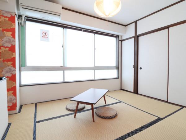 マンスリーでは珍しい畳を引いた和風のようなお部屋となっております♪押し入れもございますので沢山荷物があっても安心ですね!