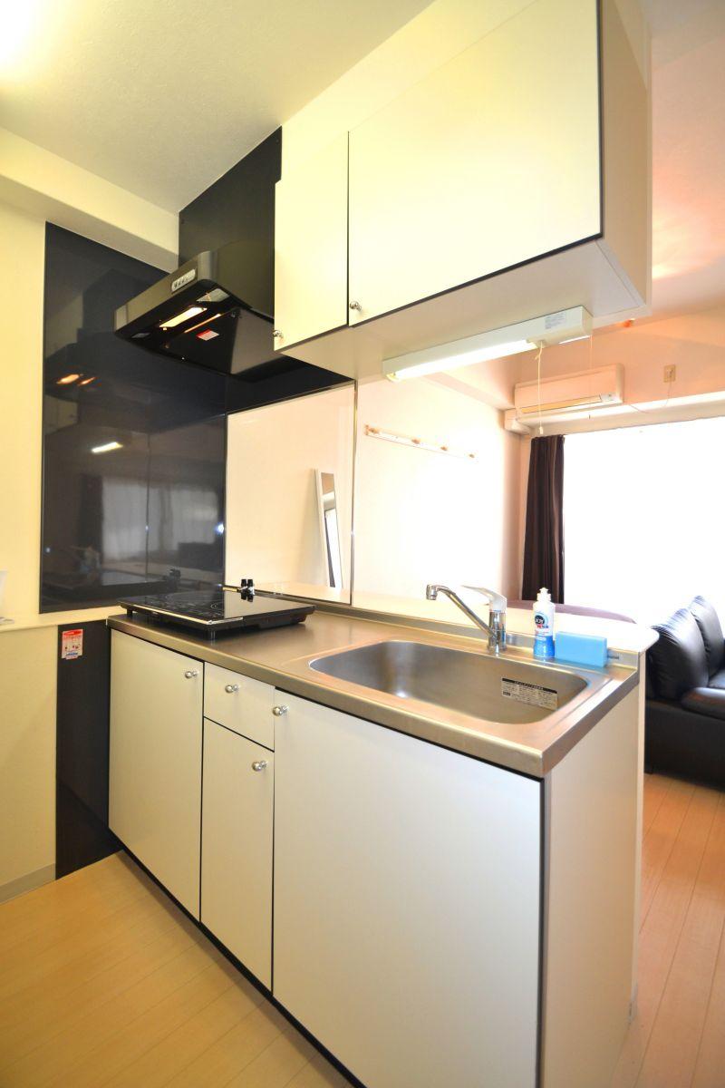 キッチンはシステムキッチンでシンクも広いので洗いものも楽々♪調理器具や食器洗剤、スポンジなど一通り準備しておりますので、入居いただいた日からすぐ自炊可能です。コンロはなんと二口もついております!!料理の幅が広がりますね♪料理好きの方におすすめです。