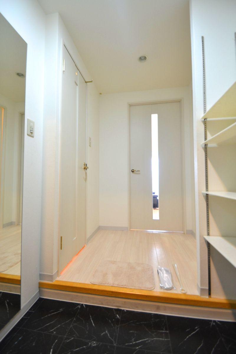玄関は白を基調とした空間となっており、とてもお洒落♪大きなシューズボックスが備え付けられておりますので常に綺麗な状態でお使いいただけます(^^)