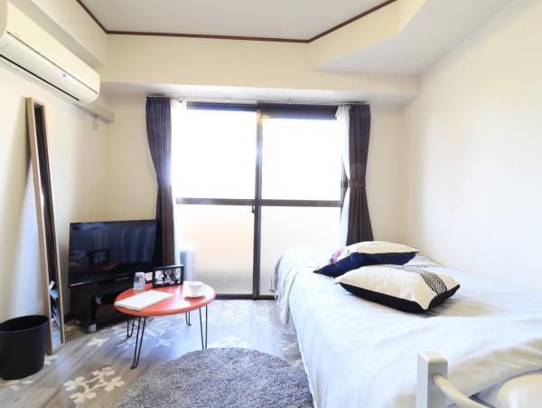 フローリングがお洒落ですね(^^♪家具家電付きで入居されたその日から自宅のようにくつろいでいただける空間となっております。